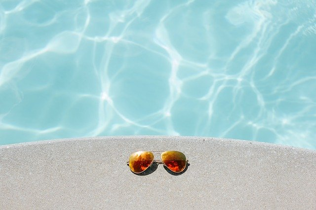sluneční brýle u bazénu.jpg