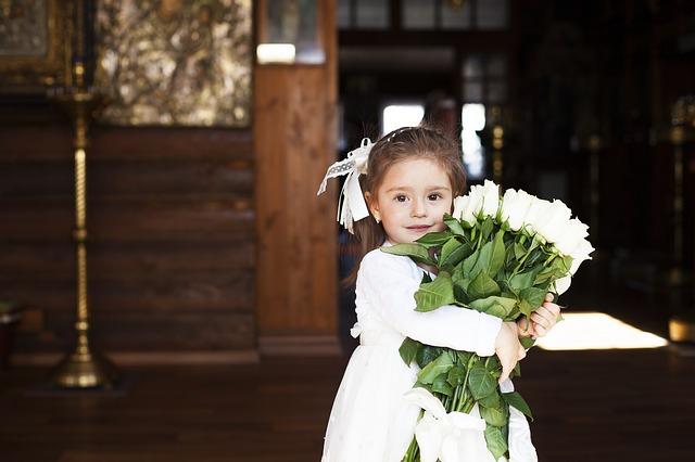 holčička s květinami