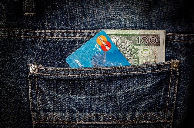bankovka a karta v kapse