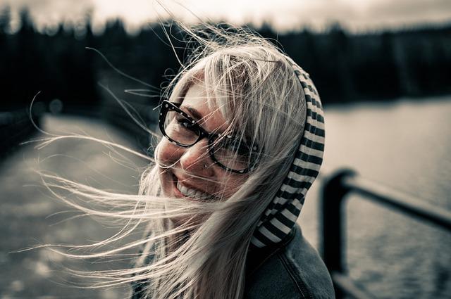 děvče s úsměvem