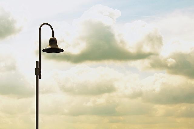 mraky za lampou
