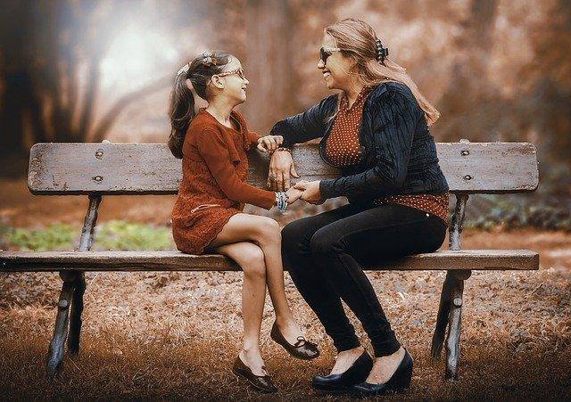 matka a dcera na lavičce