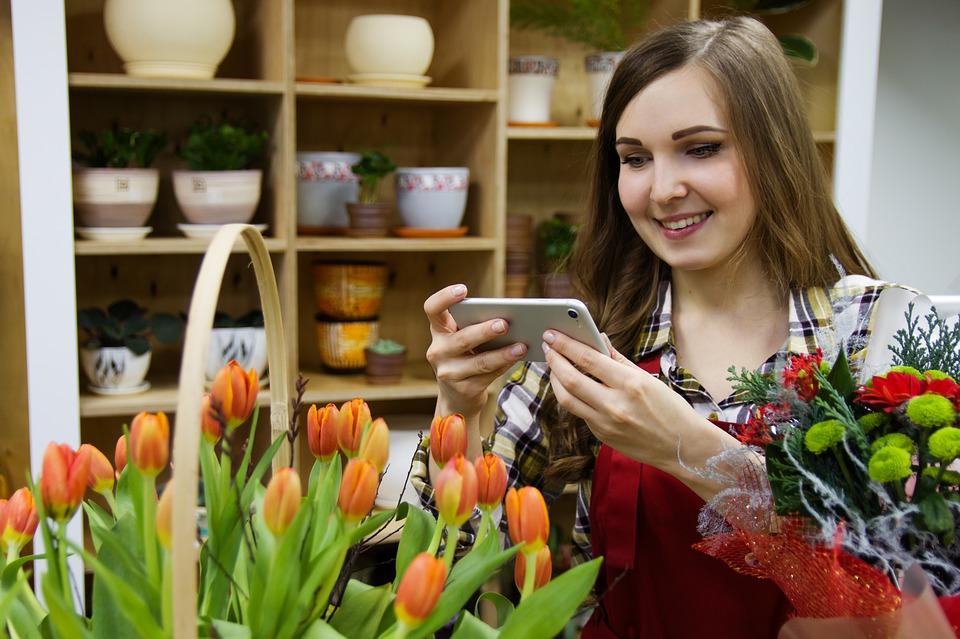 květinářka s mobilem