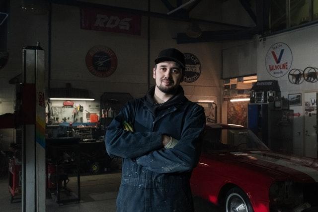 mladý automechanik
